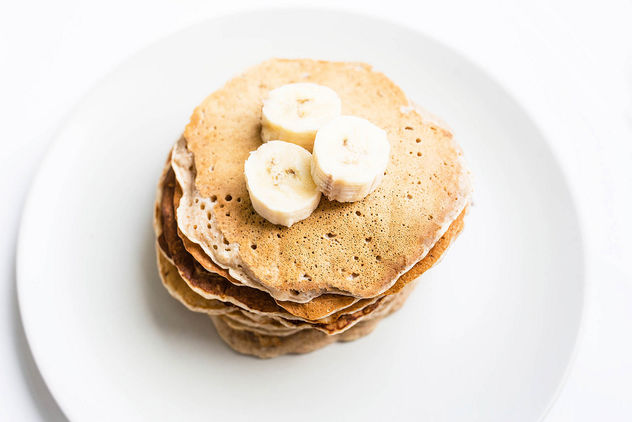 Top view of homemade vegan banana pancakes topped with banana pieces - бесплатный image #458249