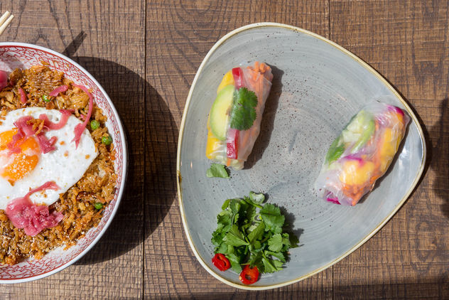 Flatlay of the vegetarian Fried Sunrice meal and two vegan Rainbow Summer Rolls in the coa Wok & Bowls restaurant in Cologne - Kostenloses image #460979