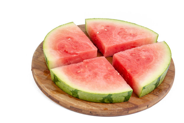 Sliced-Watermelon-arranged-on-the-round-wooden-board.jpg - image gratuit #462449