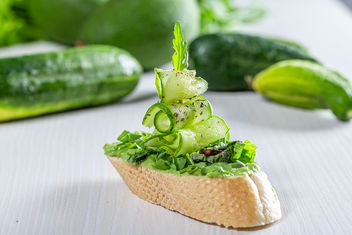 Sandwich-boat with green pasta, cucumbers and herbs (Flip 2019) - image gratuit #462599