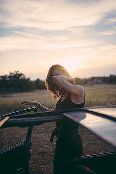 Hipster girl looking out from a vintage car during the sunset. - image gratuit #467839