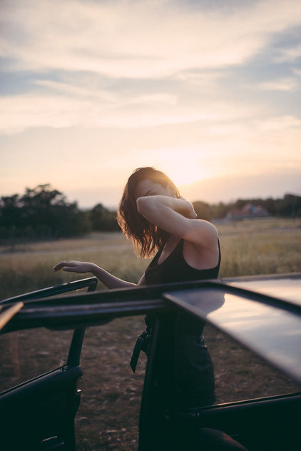 Hipster girl looking out from a vintage car during the sunset. - Kostenloses image #467839