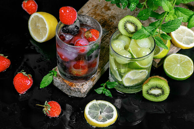 Summer fruit cocktails with ice, berries and mint - image gratuit #473539